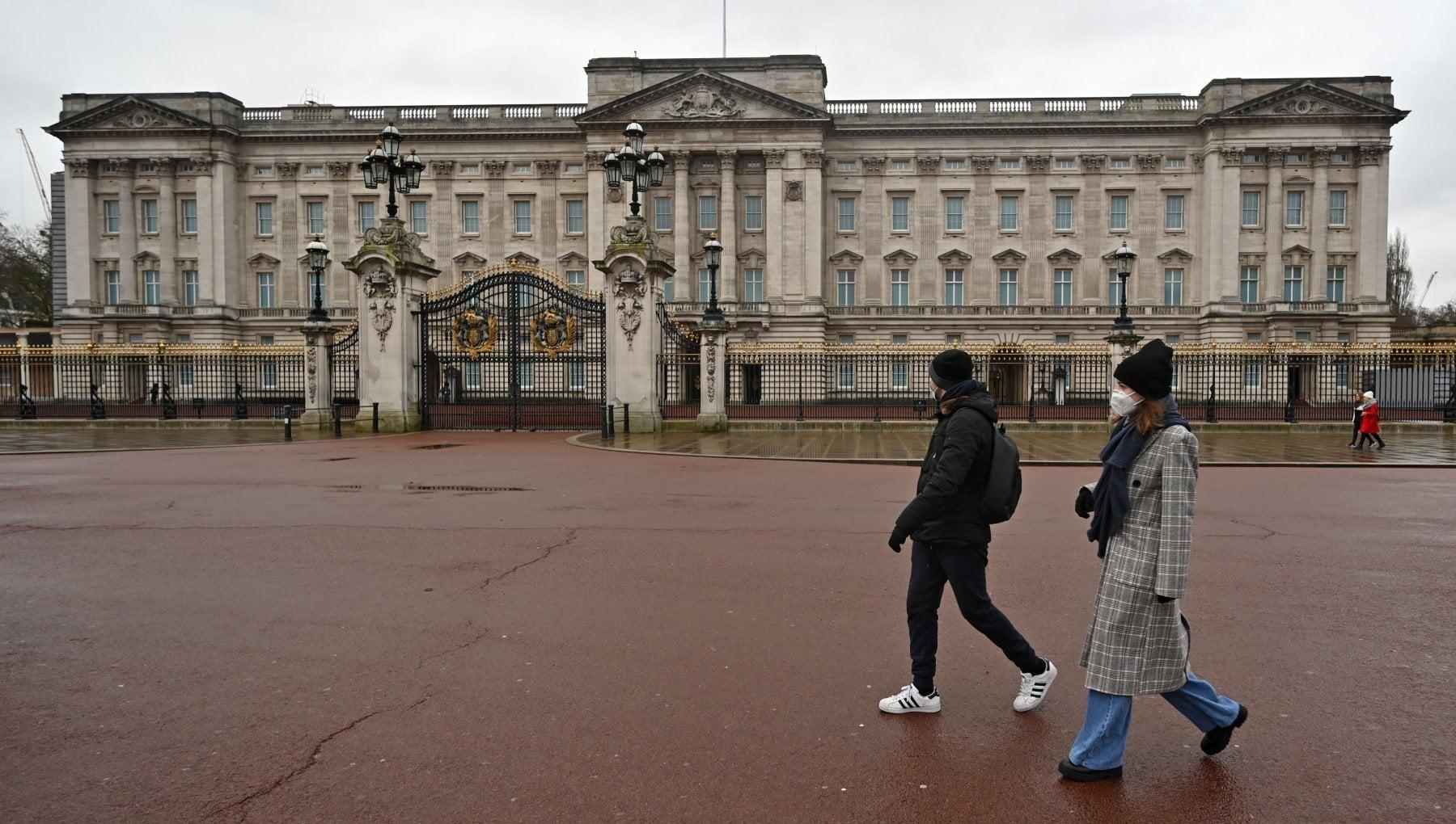 Furto a Buckingham Palace arrestato maggiordomo della Regina