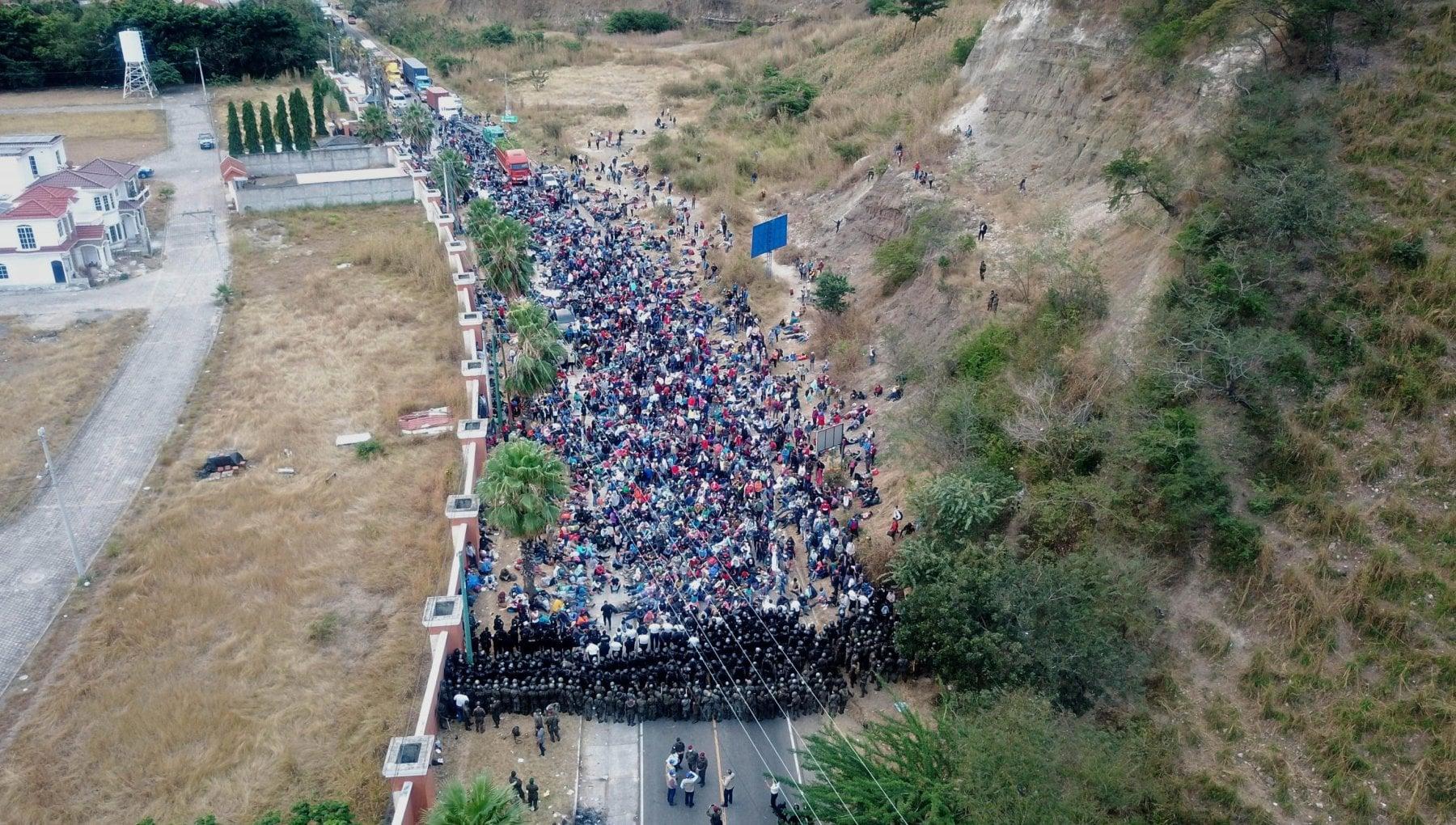 Guatemala bastoni contro la carovana dei migranti
