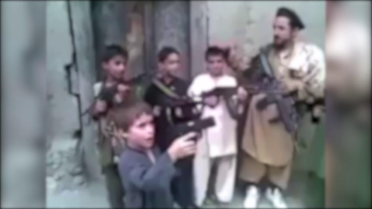 I bambini soldato armati dai talebani Sono pronti per il sacrificio ad Allah