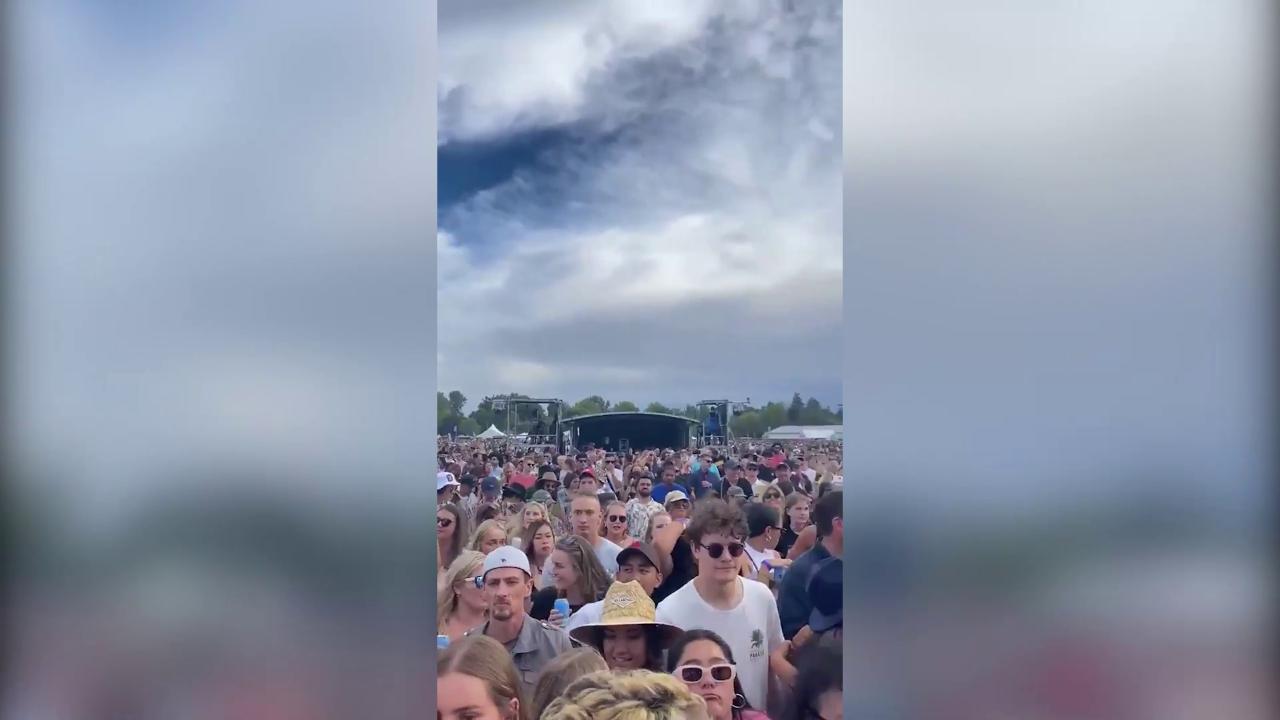 Il piu grande concerto live da inizio pandemia fan ammassati e senza mascherina