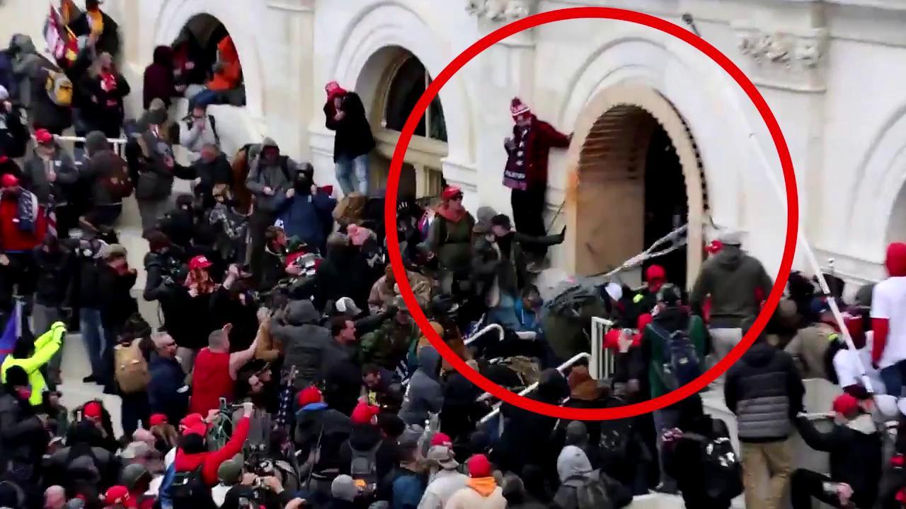 Il video inedito dellassalto al Congresso agente trascinato e pestato dai rivoltosi