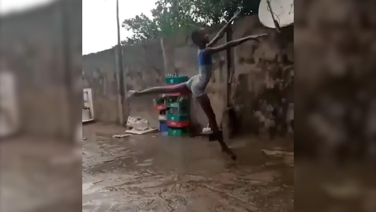 La bambina che danza scalza sotto la pioggia. Bolle Ha la grazia di una etoile