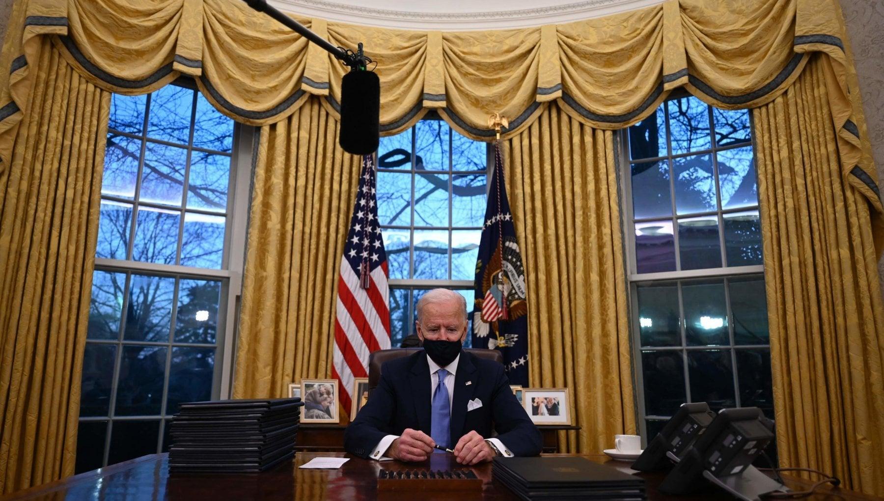 Larrivo di Joe e Jill Biden alla Casa Bianca le porte restano chiuse per 10 lunghi secondi