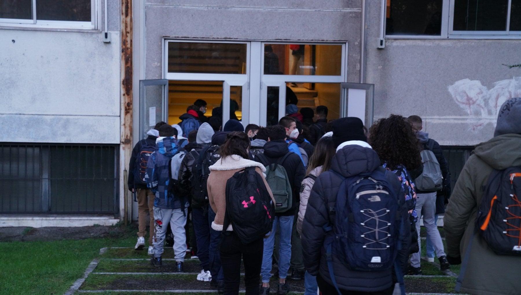 Lombardia zona arancione rientro in classe per 75 mila studenti a Milano. Parte la rivoluzione degli orari della citta