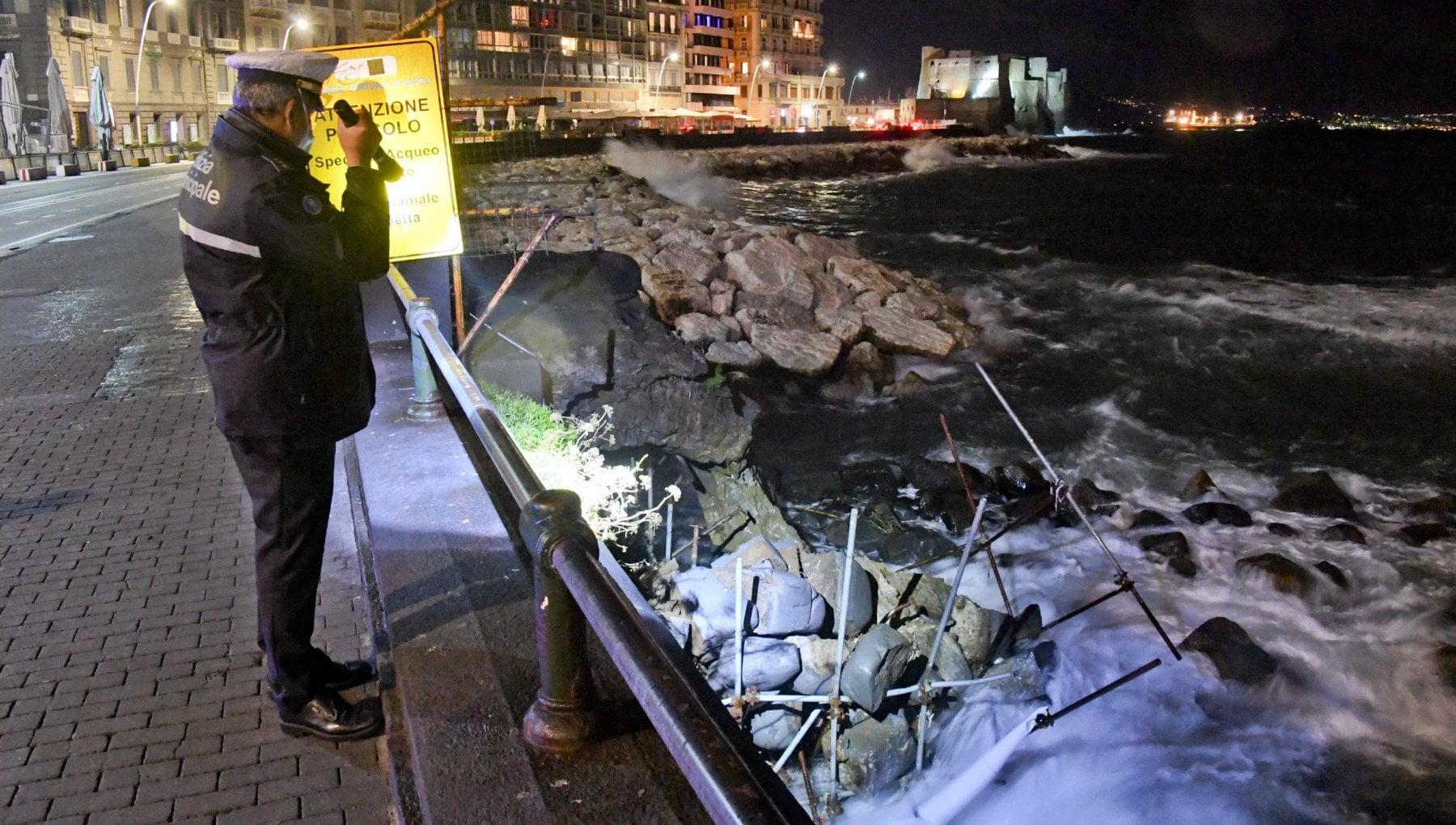 Maltempo a Napoli crolla larco borbonico era lultima testimonianza dellantico molo