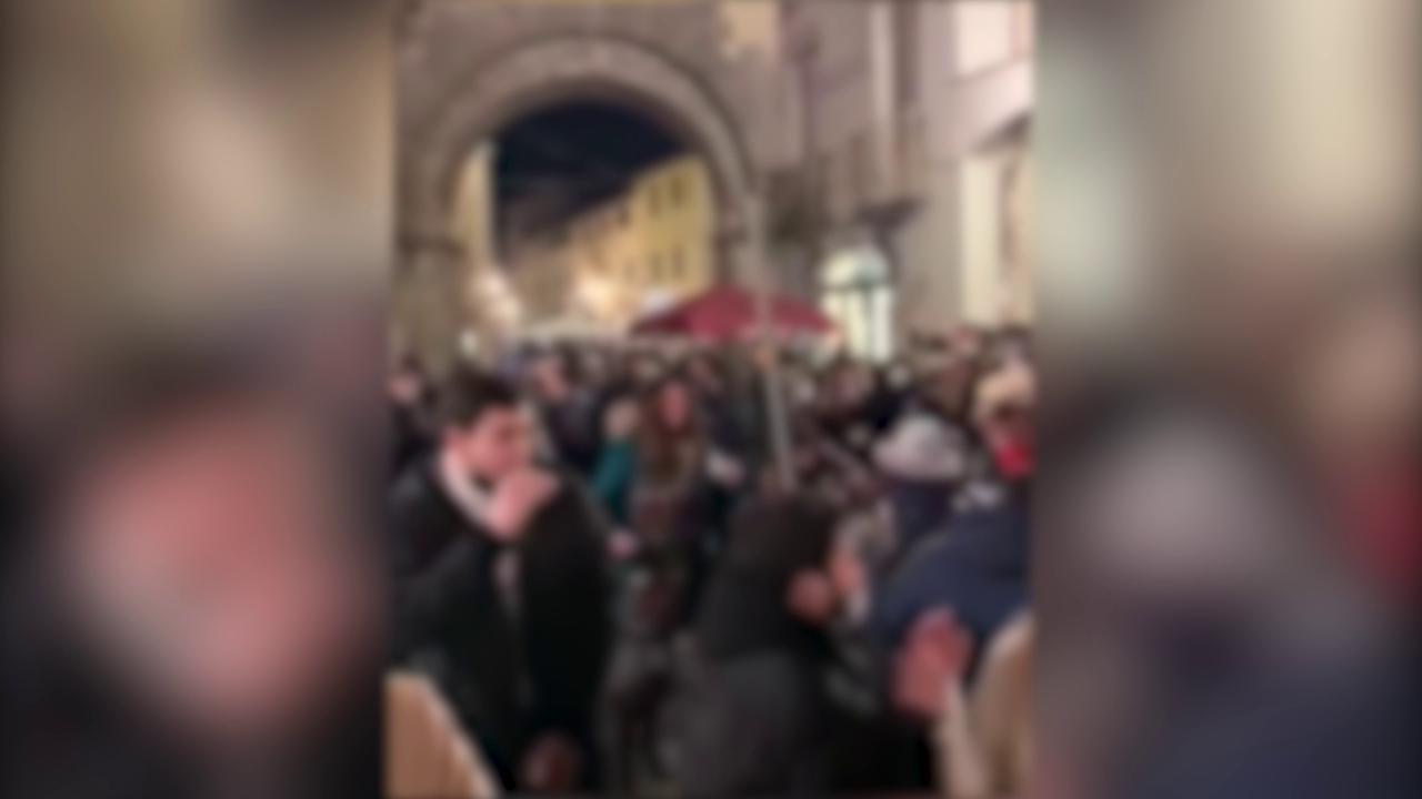 Musica e balli in strada centinaia di persone accalcate e senza mascherina