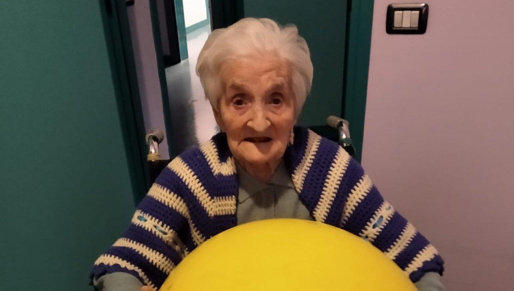 Nonna Giuseppina la guerriera a 104 anni sconfigge il Covid e incontra le figlie nella sala degli abbracci