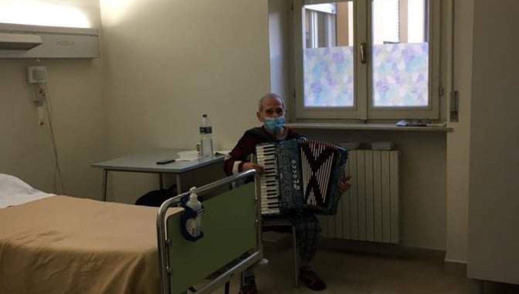 Piacenza ricoverato per covid lalpino che suono la fisarmonica per la moglie ammalata