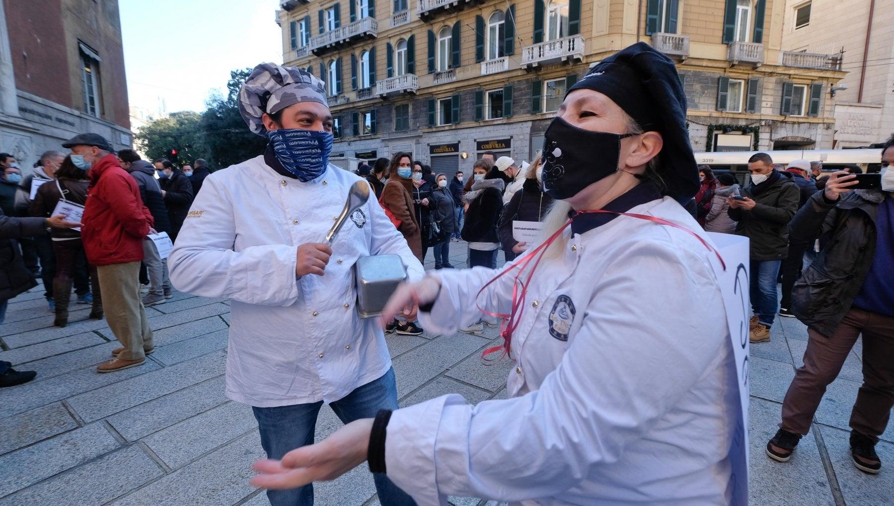 Ristoratori in piazza a Genova In altalena tra aperture e asporto ma se va avanti cosi chiudiamo