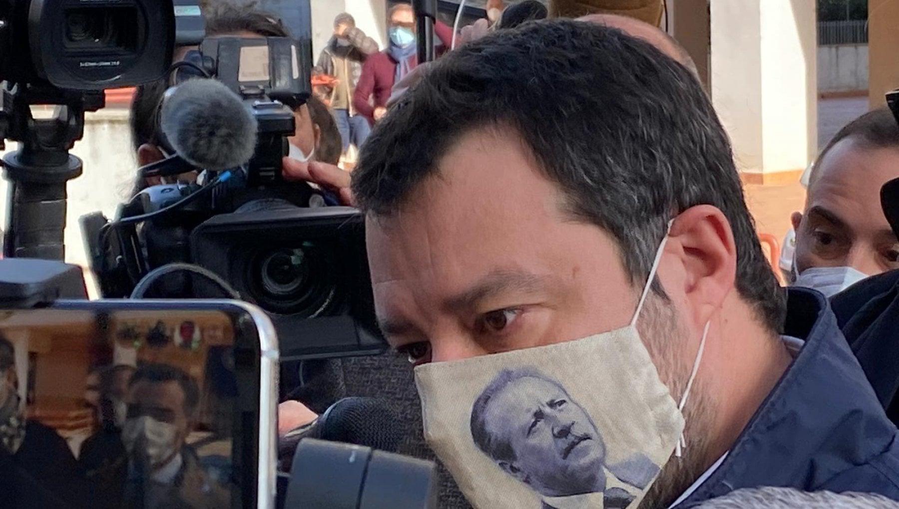 Salvini a Palermo lomaggio a Borsellino con la mascherina che ne ritrae leffige