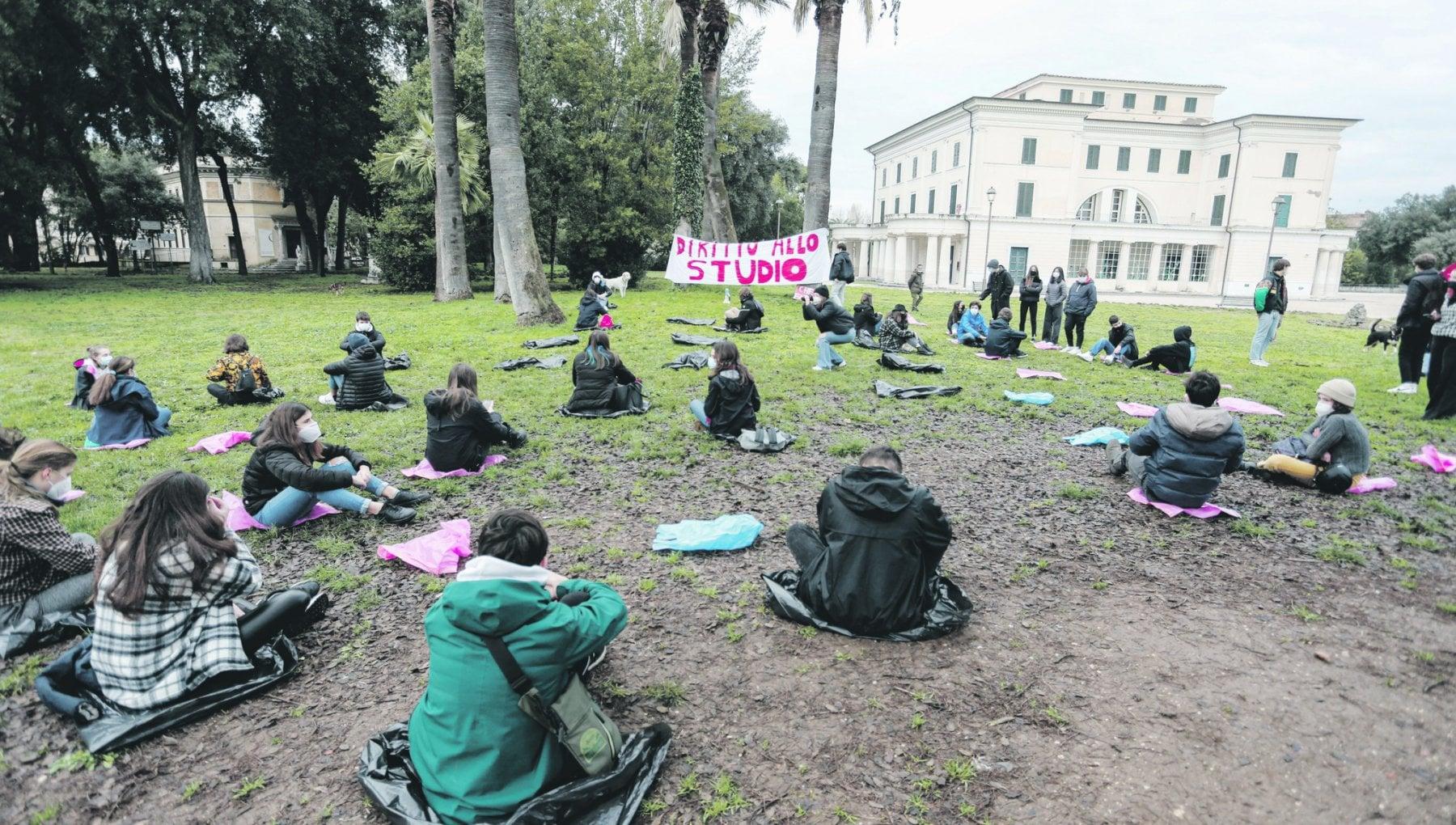 Scuola falsa partenza a Roma in classe al 50 con scioperi e assemblee. In classe ma non cosi