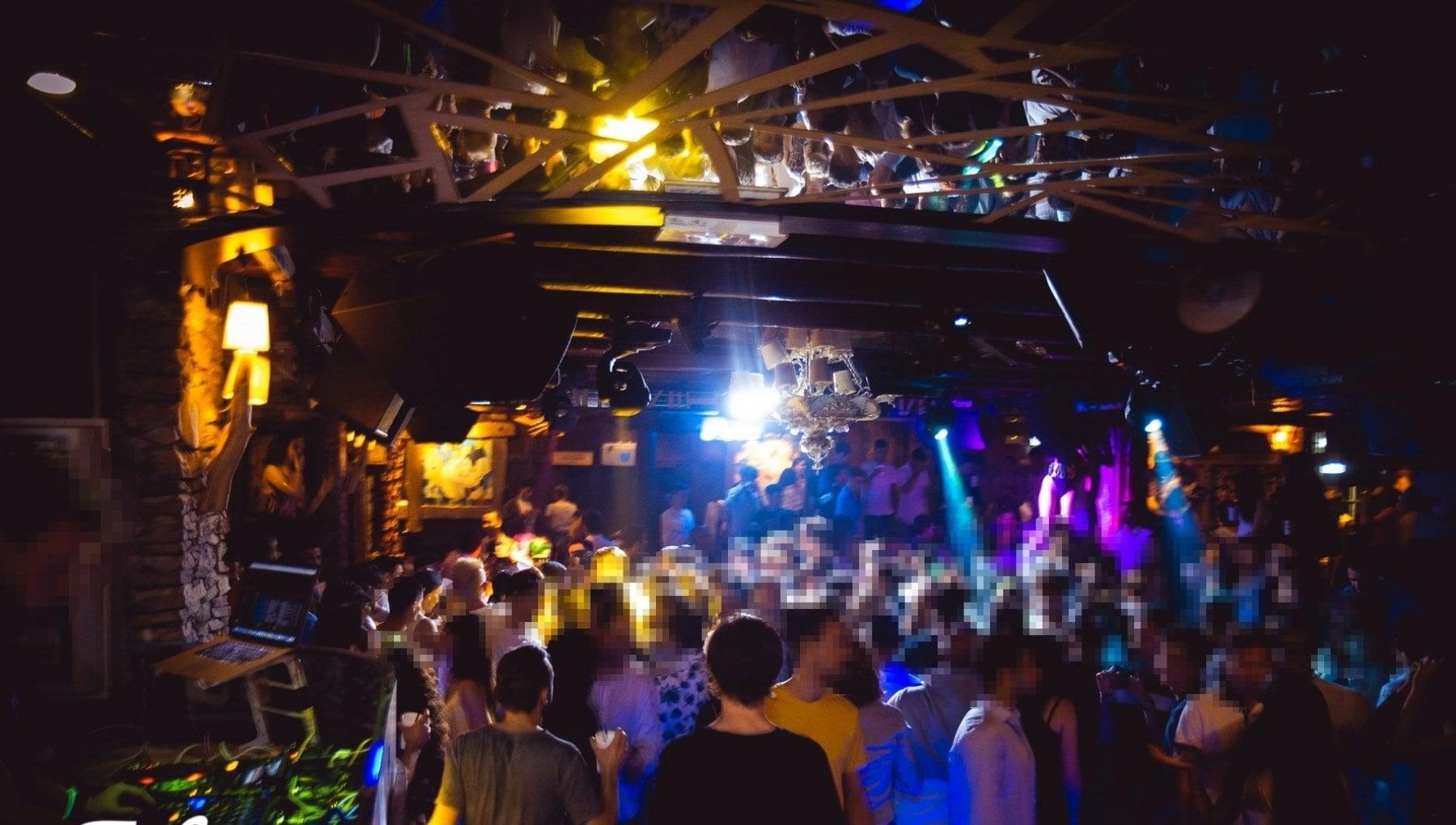 Sestriere festa diurna in discoteca nonostante i divieti piu di cento in pista arrivano i carabinieri. Chiusura e