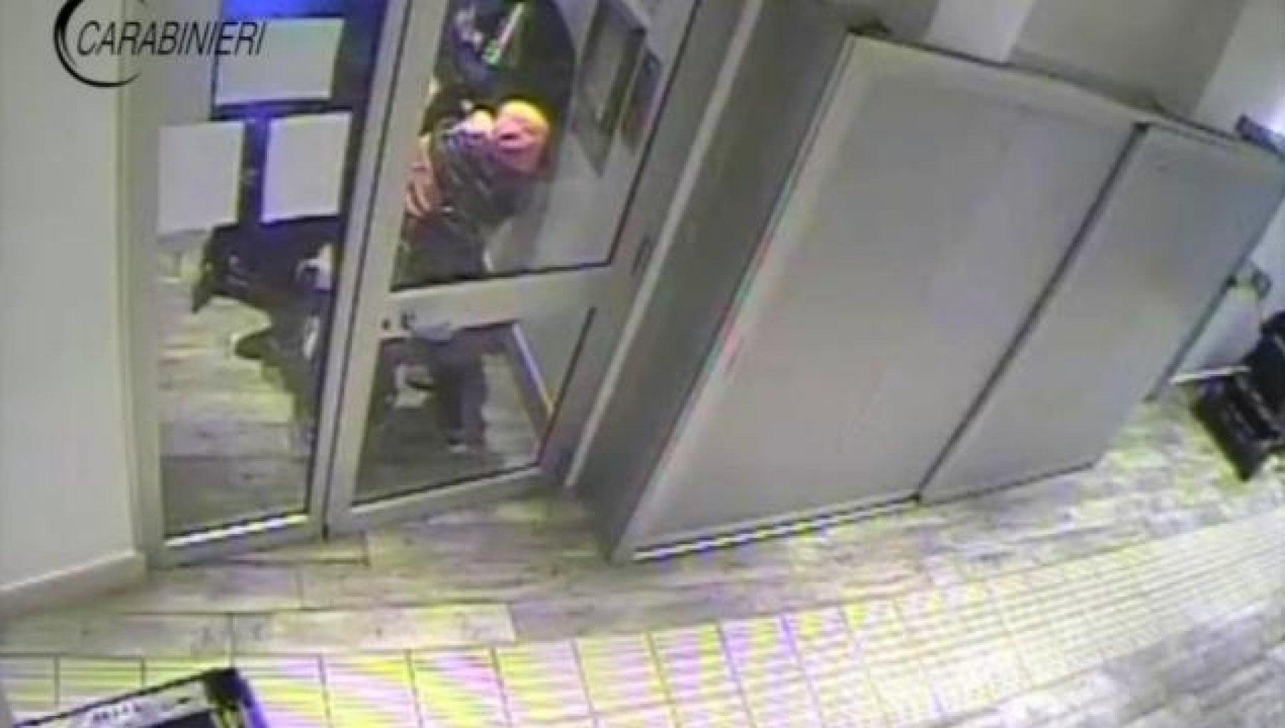 Terni calci e pugni a un disabile per rubargli il portafoglio. Le telecamere filmano la violenza
