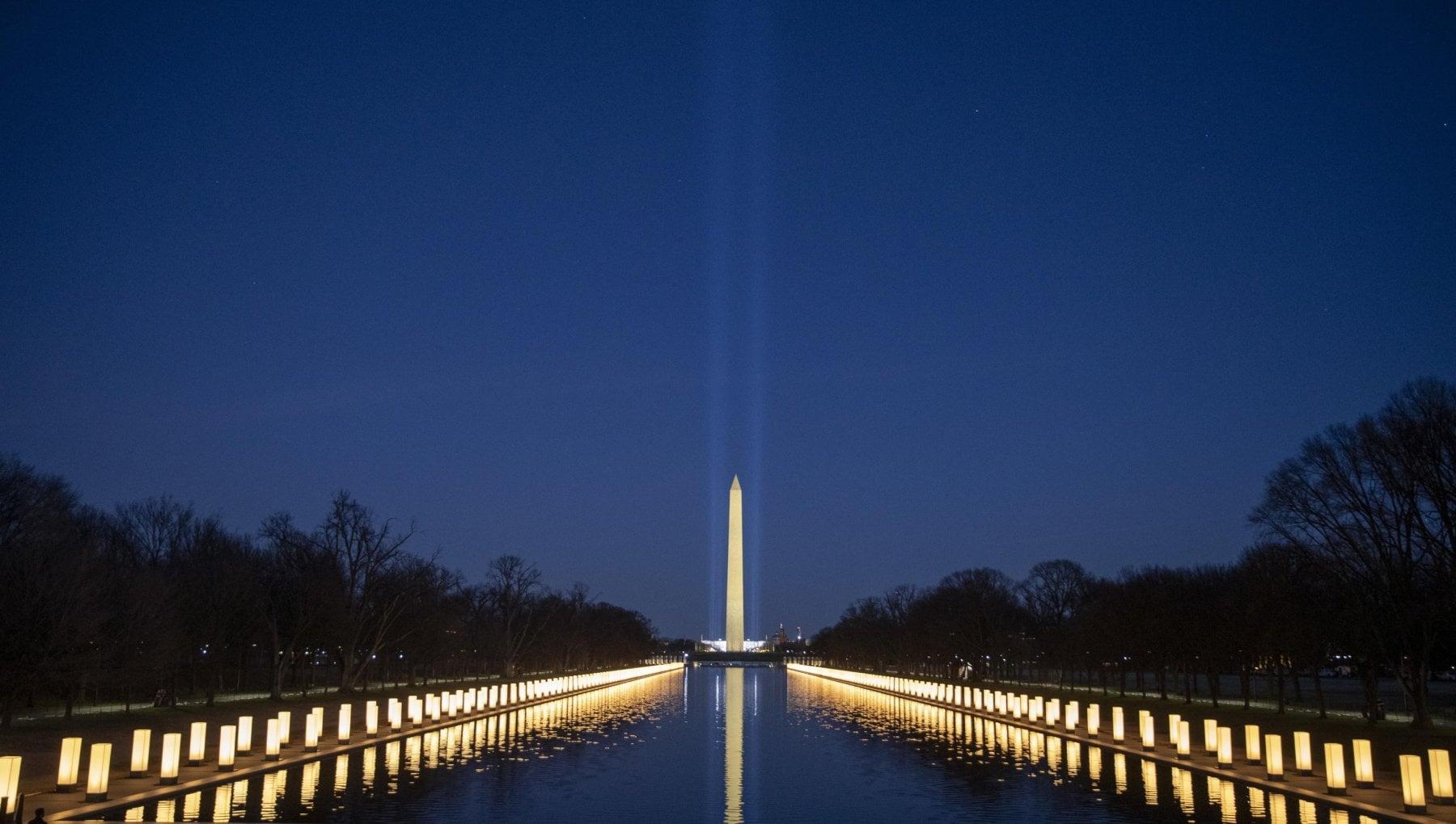 Usa 2021 con 400 luci Biden e Harris ricordano i morti di Covid