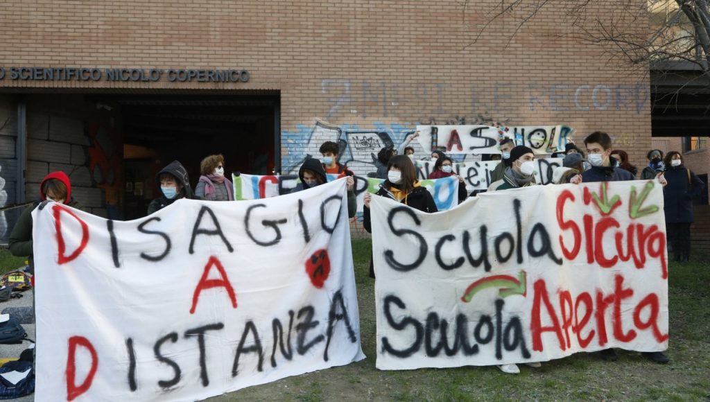 Violati i diritti dei minori riaprite le scuole in presenza