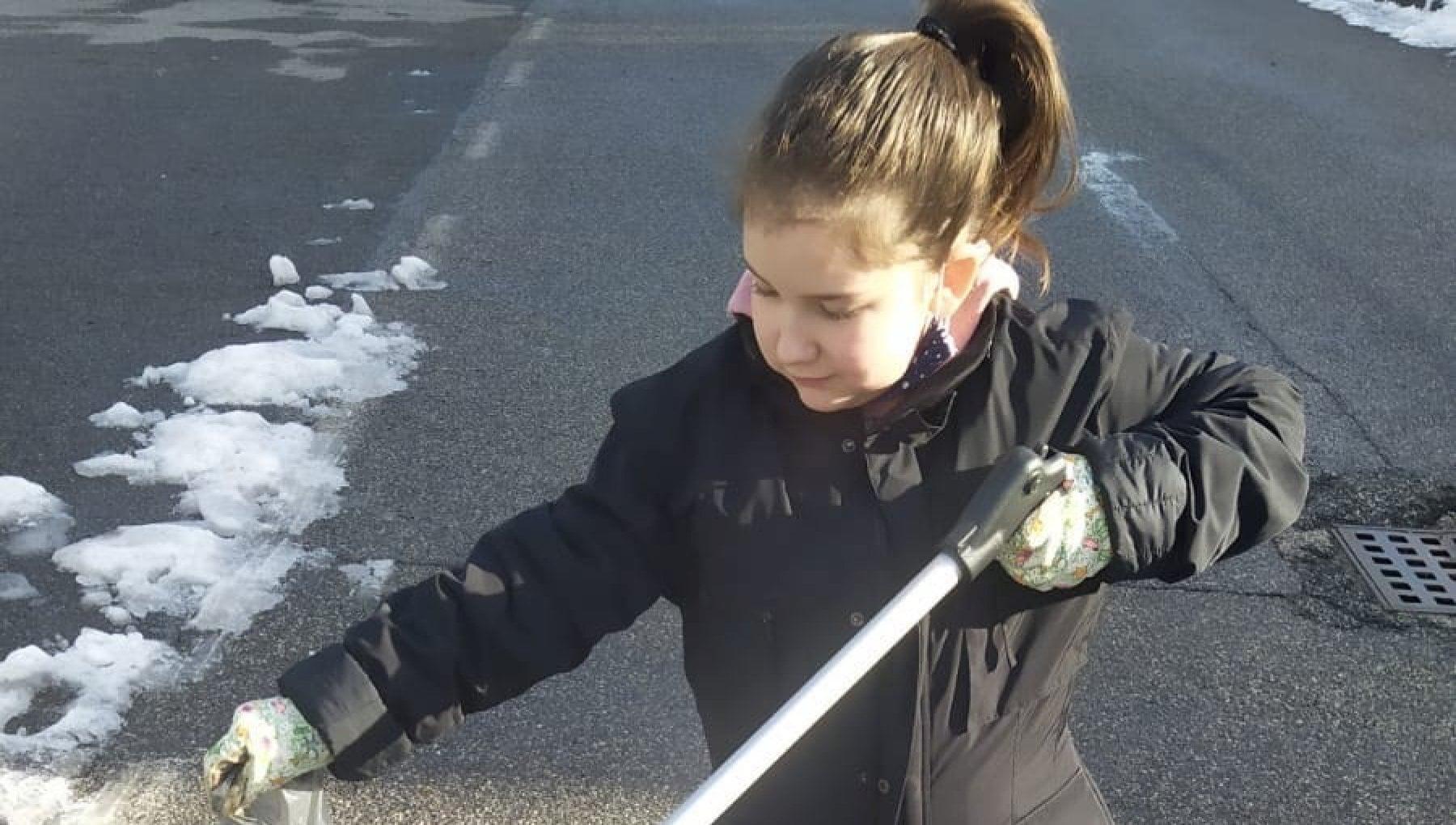 Zoe la piccola Greta Thunberg di Bedizzole che a sette anni raccoglie i rifiuti per strada